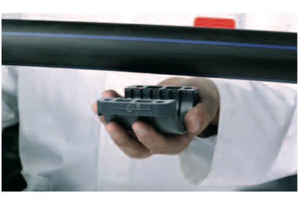 1. Тщательно очистите поверхность трубы и поднесите нижнюю часть седелки к месту монтажа