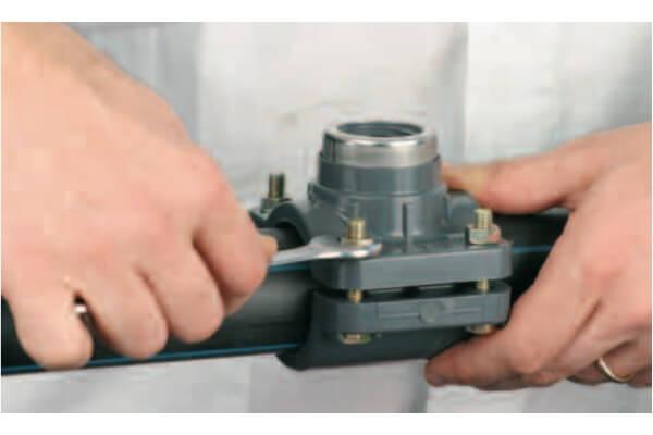 2. Установите уплотнение из комплекта и соедините верхнюю и нижнюю часть седелки. Зажмите конструкцию болтами.